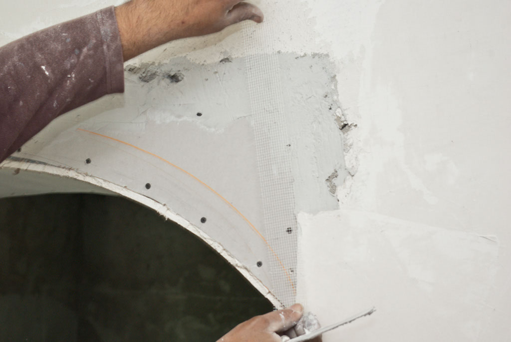 Applying fiberglass net on the drywall edges