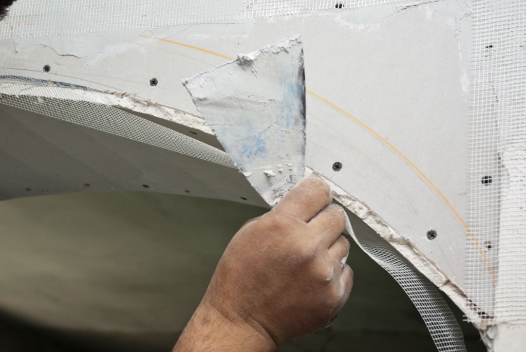Applying fiberglass net on the curved arch