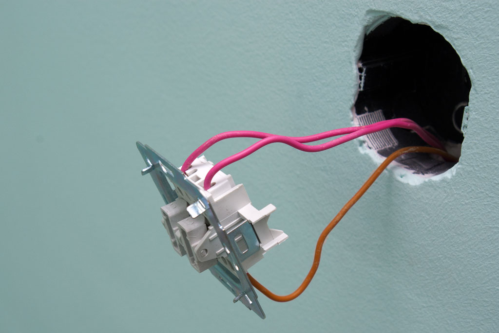 Как сделать двухклавишный выключатель на две лампочки