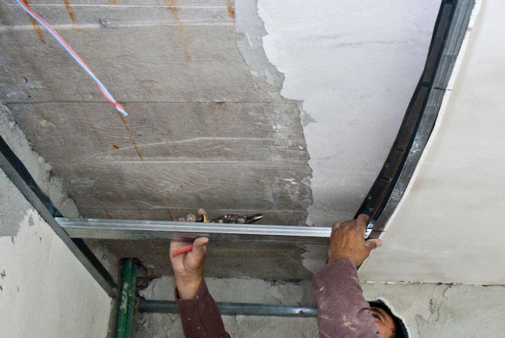 Building metal stud arch frame