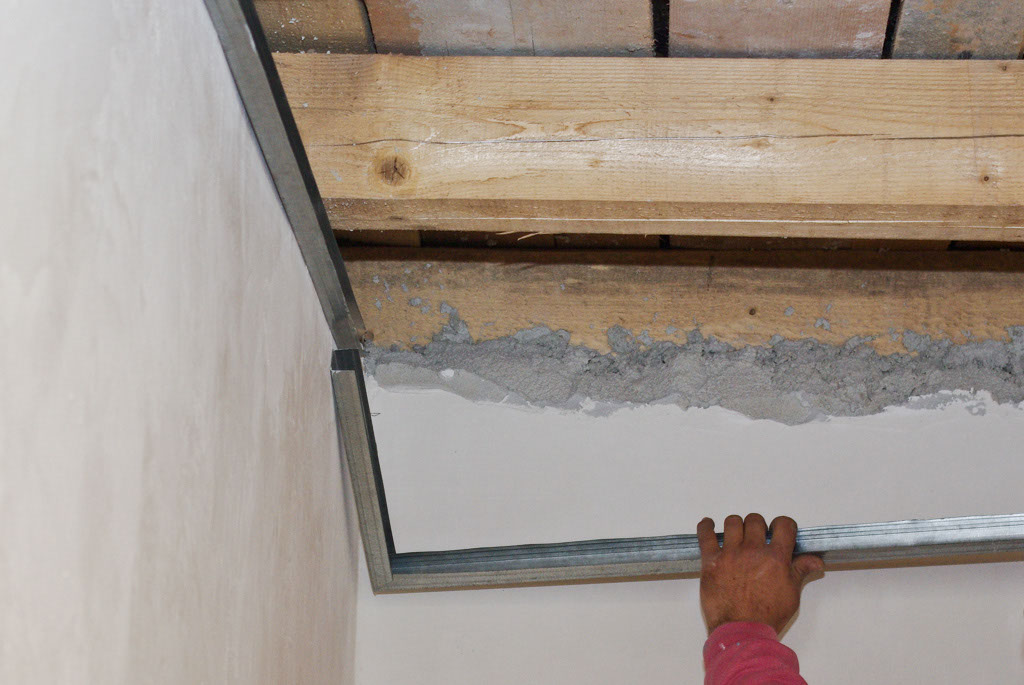 Metal track ceiling joints