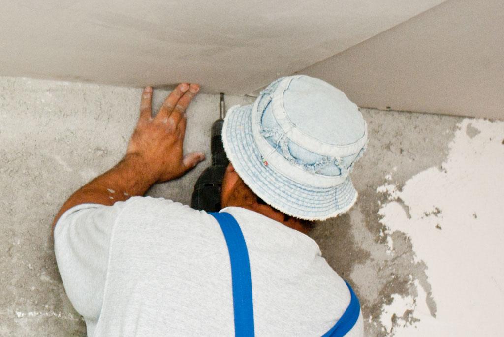 Installling dryawall ceiling