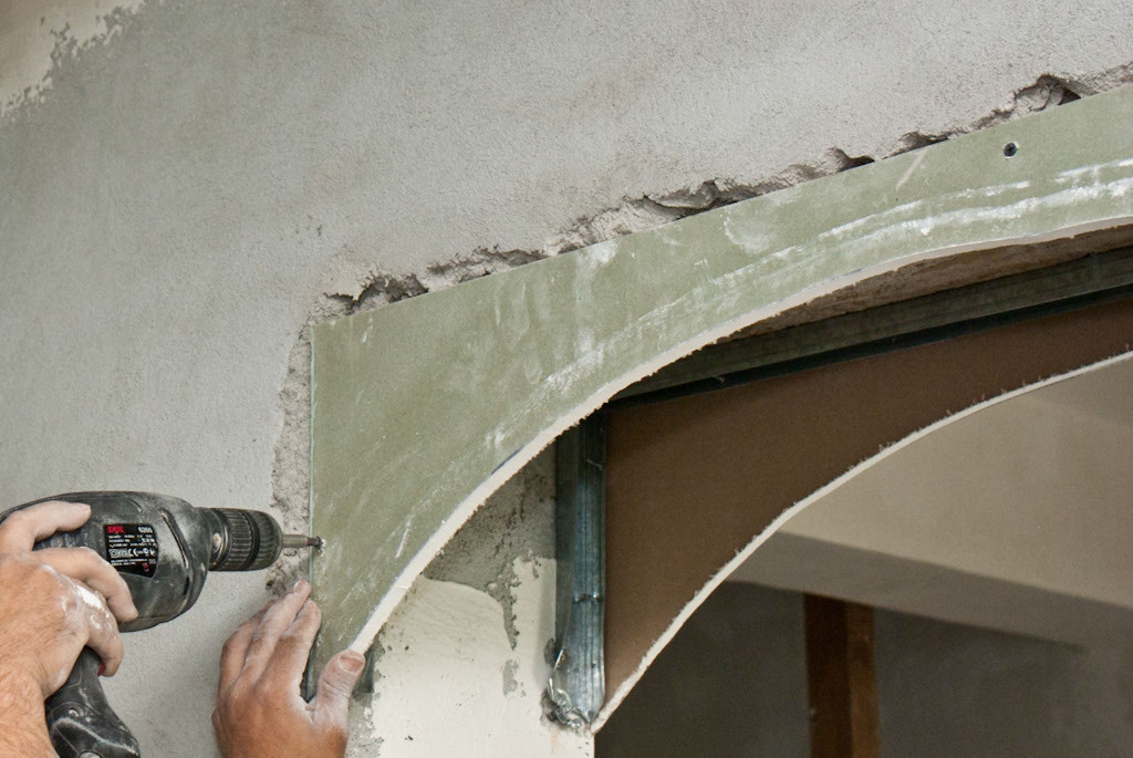 Fastening the drywall arch with screws