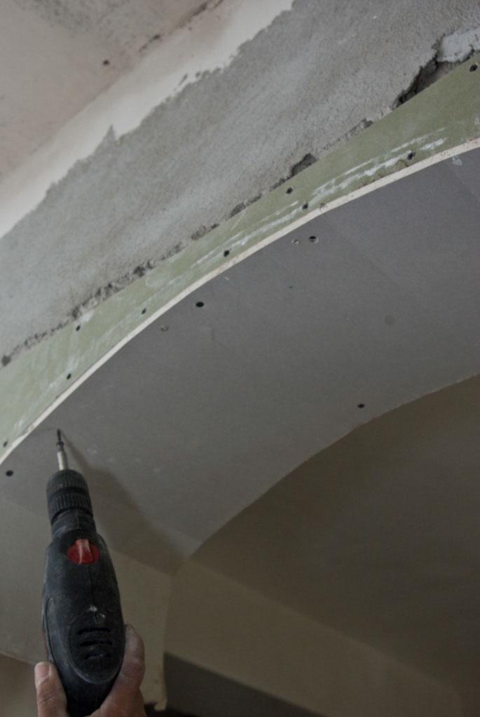 Fastening the drywall in screws