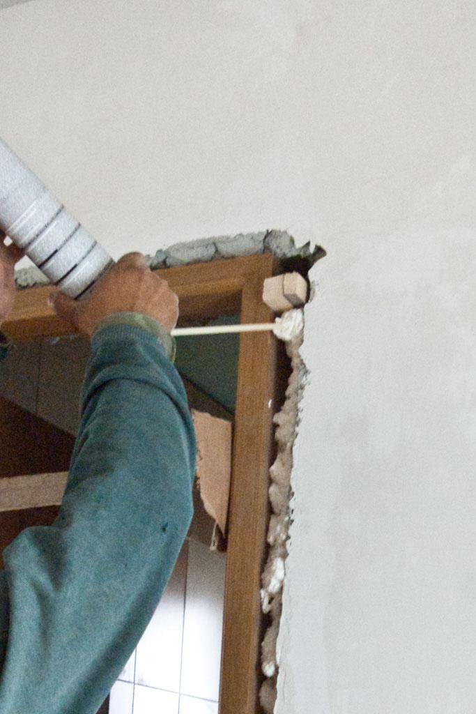 Fixing the door jambs with foam