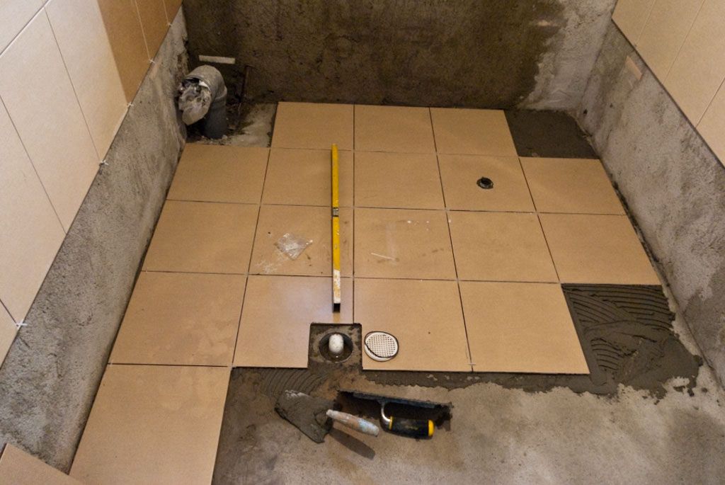 Checking the level of the tile flooring