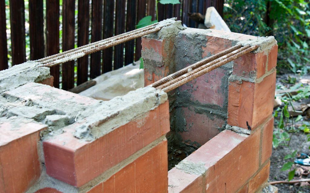 Reinforcing the chimney walls over the metal sheet oven
