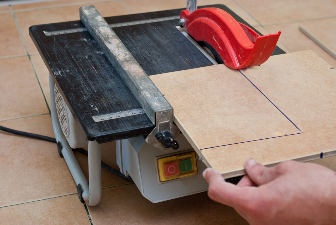 Cutting tiles with wet saw