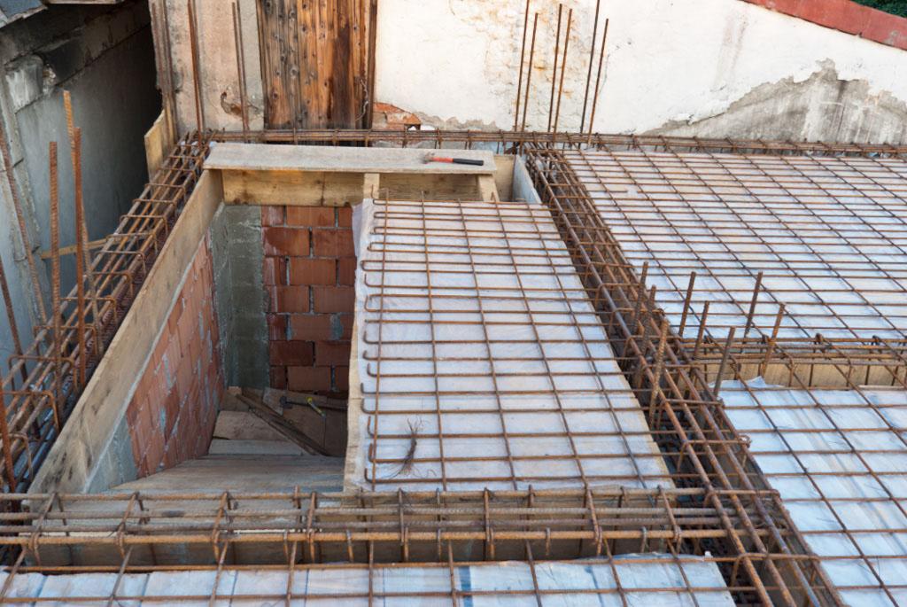 Building concrete floor reinforcing structure