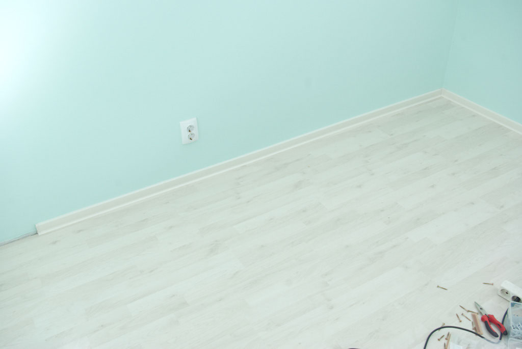 How to install plastic baseboard