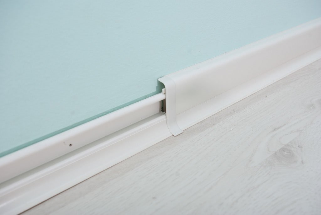 Connecting baseboard molding