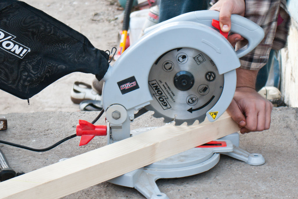 Cutting deck balusters with miter saw