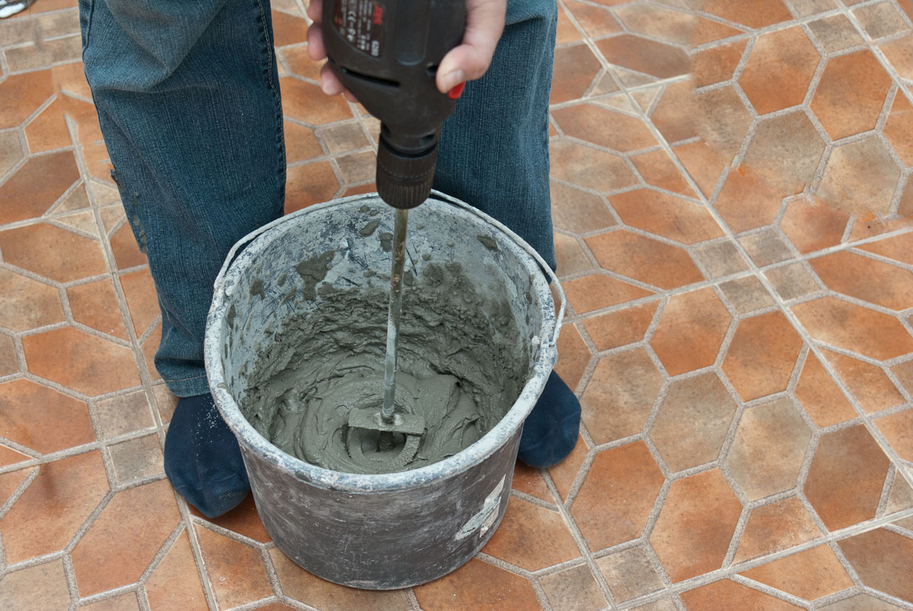 Mixing tile adhesive