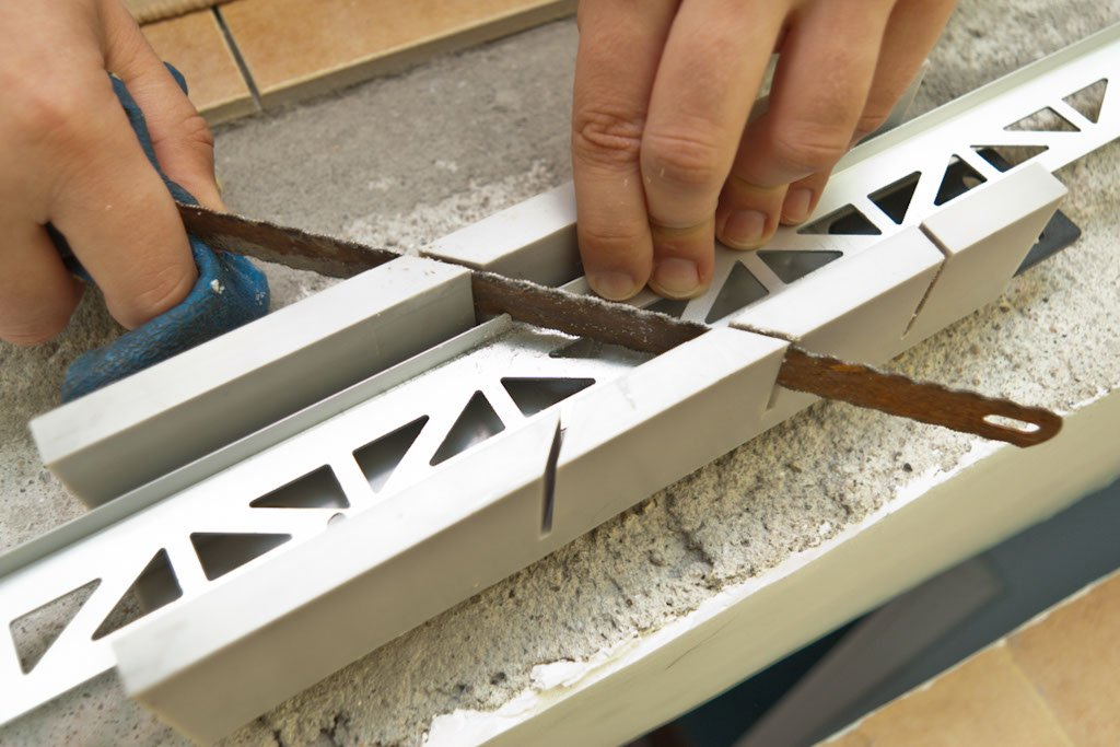 Cutting metal tile edging