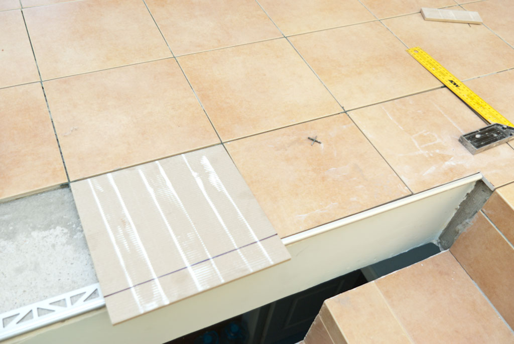 Marking tiles along metal edging