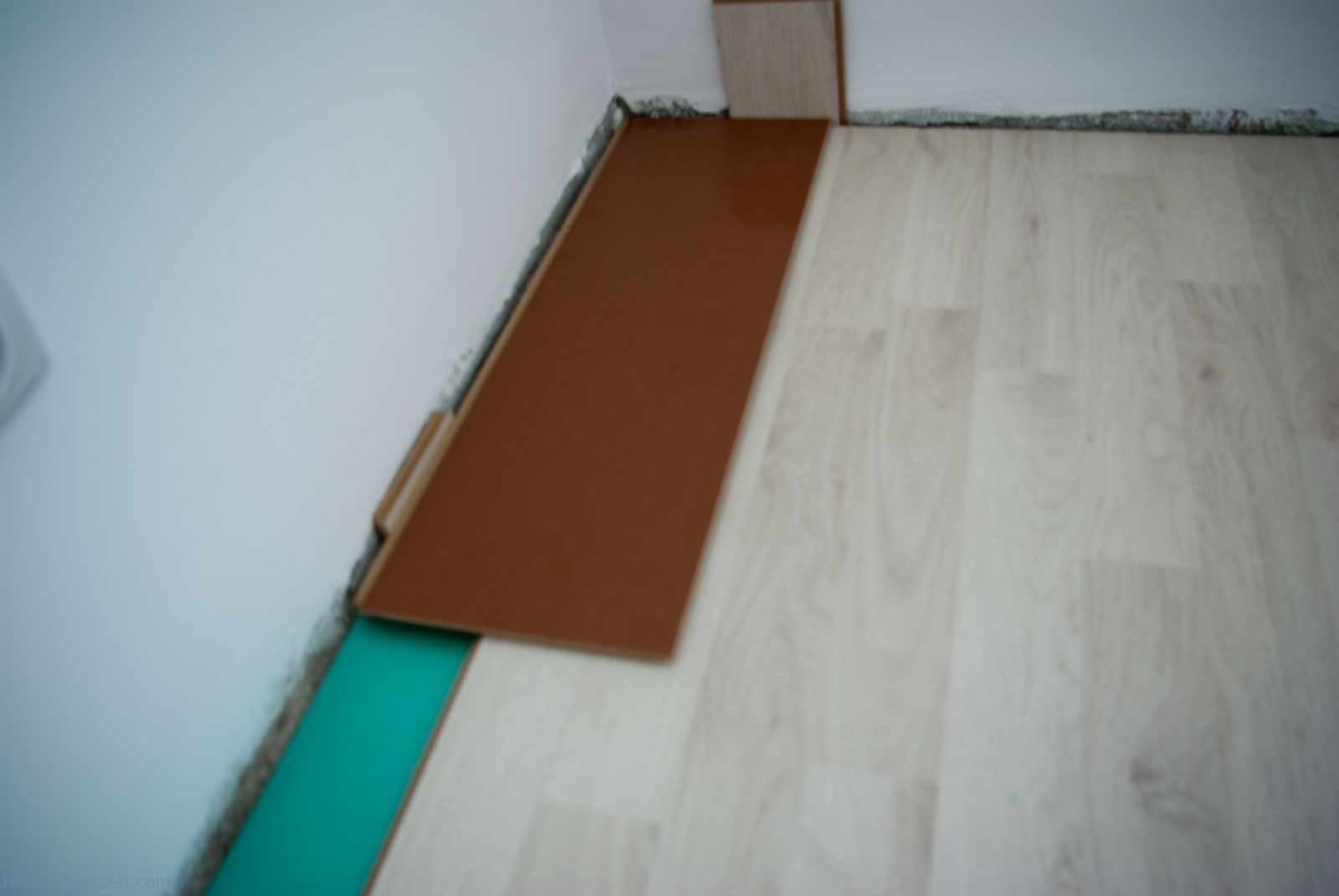 How to lay laminate flooring on concrete howtospecialist for How to lay down laminate flooring