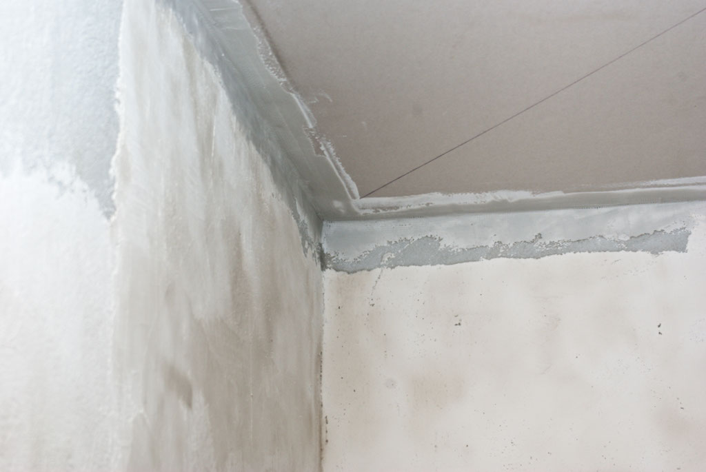 Plastering up to the ceiling
