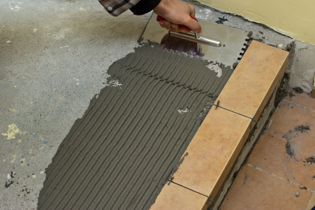 Combing tile adhesive