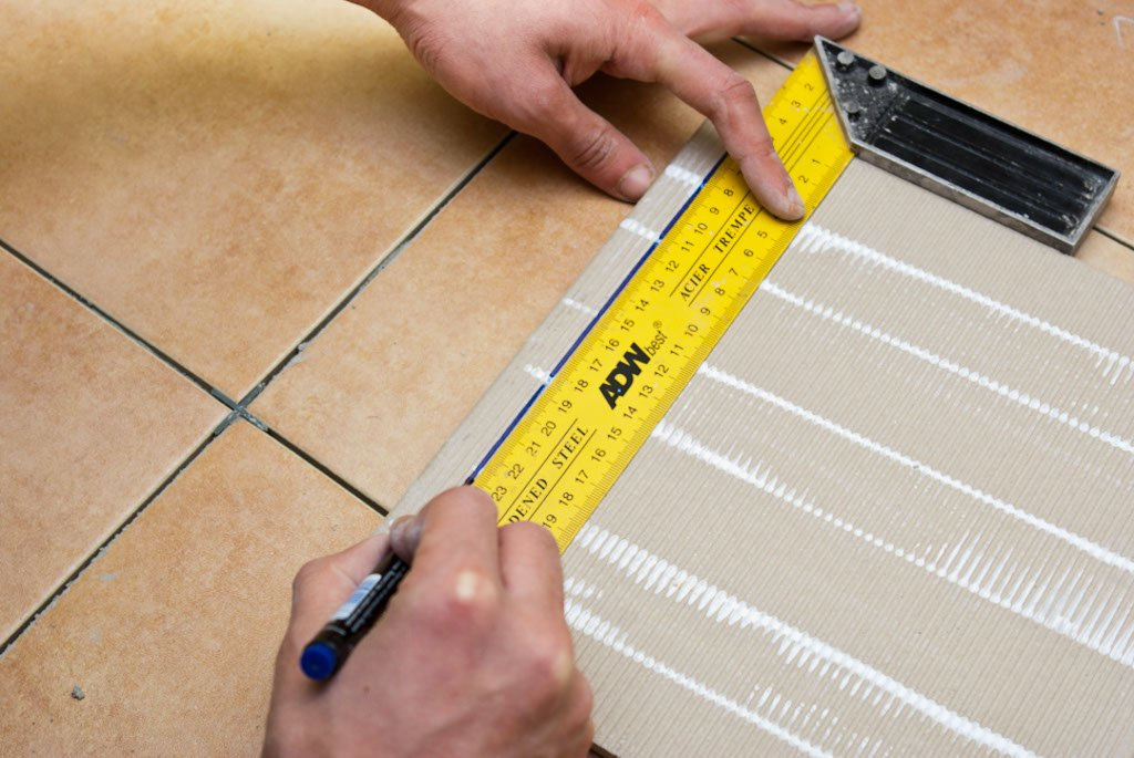 Marking the cut line on a tile