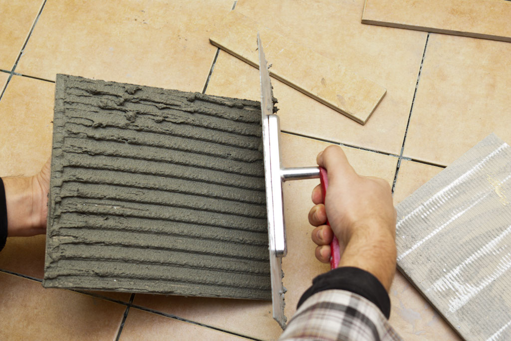 Spreading thinset to a tile