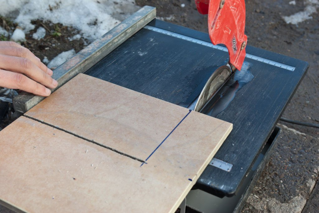 Cutting tiles with a wet saw