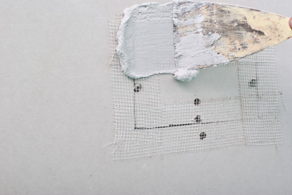 Covering the mesh tape with mud