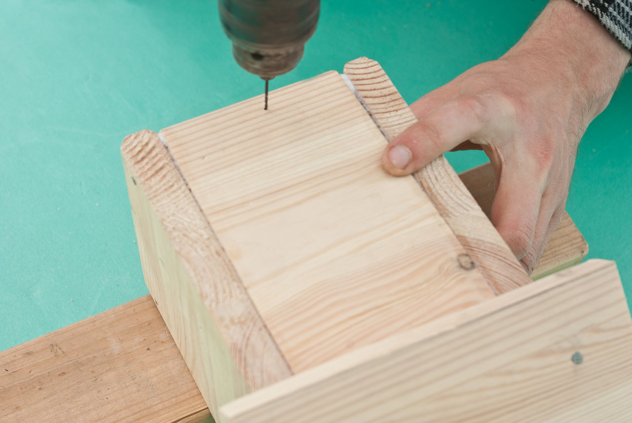 Fastening the floor with finishing nails