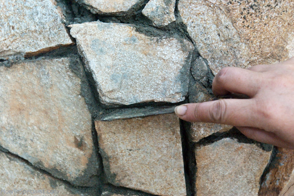 Cleaning the gaps between the stones